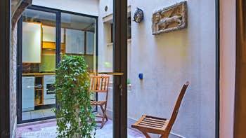 La cour privée de l'appartement Jardin Lorenzo Lion, dans le Sestier du Castello à Venise.