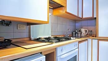 La cuisine de l'appartement Jardin Lorenzo Lion, dans le Sestier du Castello à Venise.