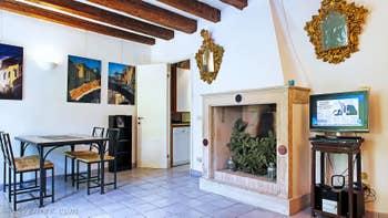 Le salon salle à manger de l'appartement Jardin Lorenzo Lion, dans le Sestier du Castello à Venise.