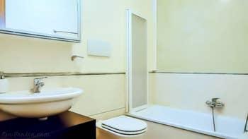 La première salle de bains de l'appartement