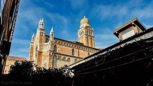 La vue sur l'église de la Madonna de l'Orto depuis la cour-jardin