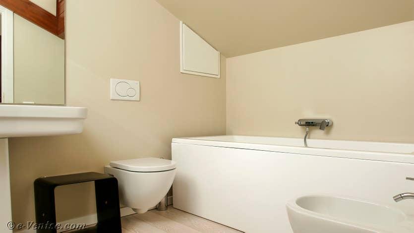Location Jardin Santo, la salle de bains de l'étage