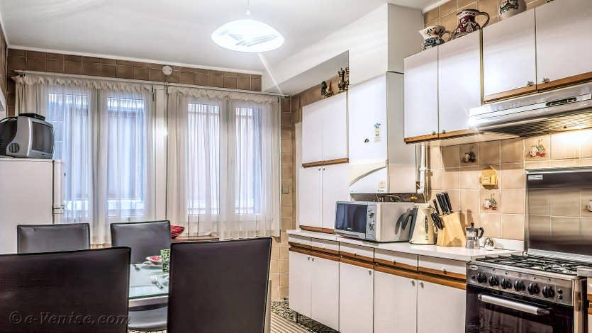 Location Madona Greci à Venise, la cuisine salle à manger