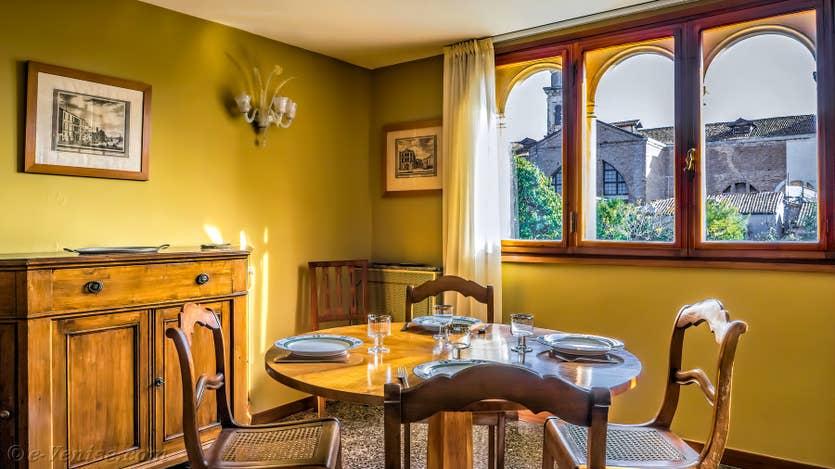 Location Ognissanti Trifora à Venise, la salle à manger