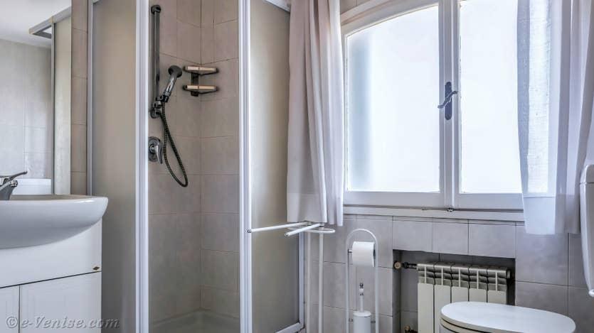 Location Ognissanti Trifora à Venise, la seconde salle de bains