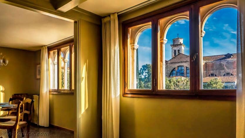 Location Ognissanti Trifora à Venise, la vue depuis le salon sur l'église de San Trovaso