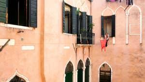 La vue sur la cour intérieure du Palazzetto de style Véneto-Gothique.