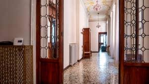 L'entrée monumentale de l'appartement du Palazzo Lion, dans le Sestier du Cannaregio à Venise.