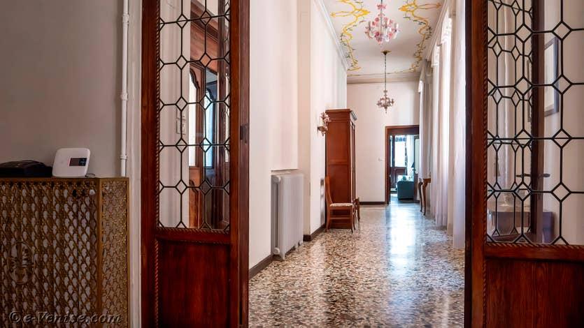 Location Palazzo Lion à Venise, l'entrée monumentale du palais