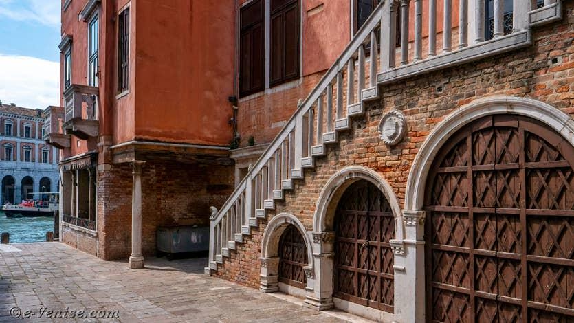 Location Palazzo Lion à Venise, la corte del Remer pour accéder au palais