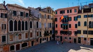 La vue sur le Campo San Silvestro depuis le balcon du Salon de l'appartement Palazzo Silvestro Rava, dans le Sestier de San Polo à Venise.
