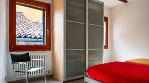 La Chambre matrimoniale de l'appartement Vida Terrasse, dans le sestier du Cannaregio à Venise.