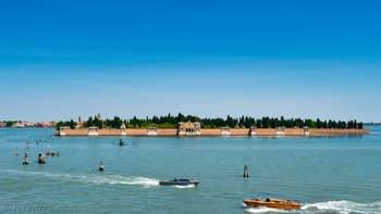 La vue sur les îles de San Michele et Murano depuis la terrasse-Altana de l'appartement Vida Terrasse, dans le Sestier du Cannaregio à Venise.