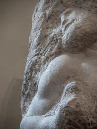 Michel-Ange Buonarroti, l'éveil de l'esclave prisonnier, sculpture marbre pour le tombeau du pape Jules II, 1530, Galerie de l'Accademia à Florence Italie