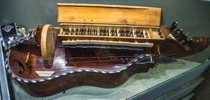Jean Nicolas Lambert, Vielle, acajou et érable, 1775, Musée des instruments musicaux, Galerie de l'Accademia à Florence Italie