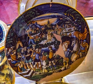 Urbino, grand plat décoré de motifs à la Raphaël et médaillon central avec Muzio Scevola, fin du XVIe siècle, musée du Bargello à Florence Italie