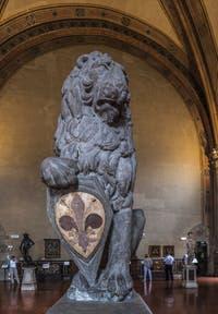 Donatello, Lion Marzocco, 1418-1420, socle de Benedetto da Maiano, 1490, Musée du Bargello à Florence Italie