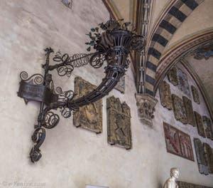 Giulio Serafini, Lanterne en fer battu, XVIIe siècle, cour du Musée Palais du Bargello à Florence Italie