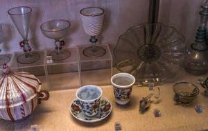 Verre de Murano, Calice, verre, tasse et soucoupe en Lattimo, plateau, flacon en forme de souris et coupelle, XVII-XVIIIe siècle,
