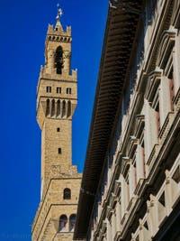 La tour Arnolfo du Palazzo Vecchio, vue depuis les Uffizi, la Galerie des Offices à Florence en Italie