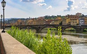 Le pont alla Carraia sur l'Arno et la rive de l'Oltrarno à Florence en Italie