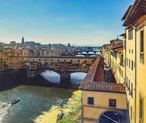 Le corridor Vasari qui longe les quais depuis la galerie des Offices, puis passe sur le Ponte Vecchio pour arriver au Palazzo Pitti, à Florence en Italie