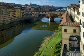 Le Corridor Vasari et le Ponte Vecchio sur l'Arno à Florence en Italie