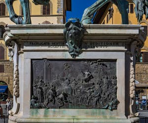 Giambologna, bas-relief du monument équestre de Cosimo Cosme Ier de Médicis, 1594-1598, Piazza della Signoria à Florence Italie
