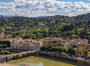 L'Arno et le Pont alle Grazie vus depuis la Tour Arnolfo du Palazzo Vecchio à Florence en Italie