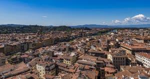 L'Arno et la Basilique de Santo Spirito vue depuis la Tour Arnolfo du Palazzo Vecchio à Florence en Italie