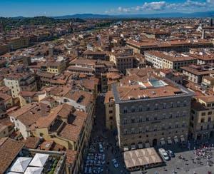 La Piazza della Signoria et l'Arno vus depuis la Tour Arnolfo du Palazzo Vecchio à Florence en Italie