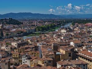 L'Arno et ses ponts vus depuis la Tour Arnolfo du Palazzo Vecchio à Florence en Italie