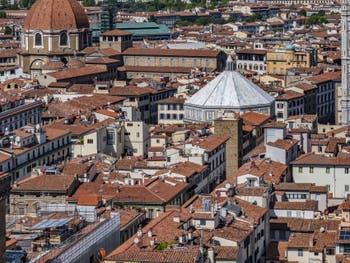 Le Baptistère et le dôme de la chapelle des Princes Médicis vus depuis la tour Arnolfo du Palazzo Vecchio, à Florence en Italie