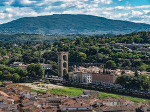 L'Arno et la Porta San Niccolo vus depuis la Tour Arnolfo du Palazzo Vecchio à Florence en Italie