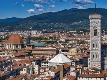 Le dôme de la chapelle Médicis, le Baptistère et le Campanile de Giotto vus depuis la tour Arnolfo du Palazzo Vecchio, à Florence en Italie