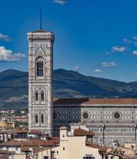 Le Campanile de Giotto vu depuis la tour Arnolfo du Palazzo Vecchio, à Florence en Italie