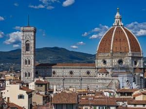 Le Campanile de Giotto et la cathédrale Santa Maria del Fiore vus depuis la tour Arnolfo du Palazzo Vecchio, à Florence en Italie