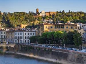L'Arno et l'église San Miniato al Monte vus depuis la Tour Arnolfo du Palazzo Vecchio à Florence en Italie