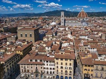 Orsanmichele, le campanile de Giotto et la cathédrale Santa Maria del Fiore vus depuis la tour Arnolfo du Palazzo Vecchio, à Florence en Italie