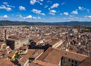 Le Palais musée du Bargello et la Basilique de Santa Croce vue depuis la Tour Arnolfo du Palazzo Vecchio à Florence Italie