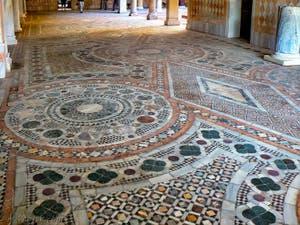 Les mosaïques de la cour du Palais de la Ca' d'Oro à Venise en Italie
