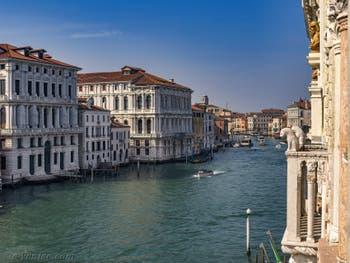 La vue sur le Grand Canal de Venise depuis le Palais de la Ca' d'Oro