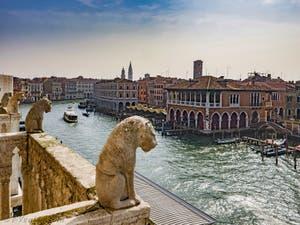 La vue sur le Grand Canal depuis le Palais de la Ca' d'Oro à Venise en Italie