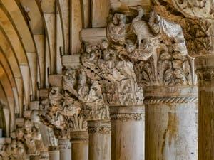 Chapiteaux du Palais des Doges sur la Piazzetta San Marco à Venise