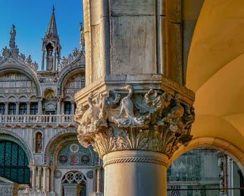 Chapiteau du Palais des Doges et la Basilique Saint-Marc à Venise