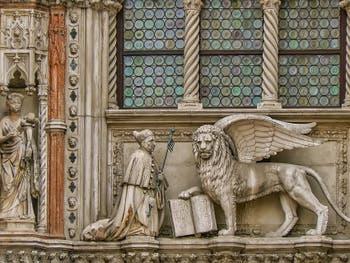 Le Doge Francesco Foscari à genoux devant le Lion de Saint-Marc, Porta della Carta du Palais des Doges à Venise
