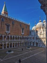La cour intérieure du Palais des Doges à Venise, le Campanile et la basilique Saint-Marc