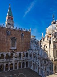 La cour du Palais des Doges et le Campanile et la Basilique Saint-Marc à Venise