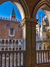 La Cour du Palais des Doges et le Campanile de Saint-Marc à Venise