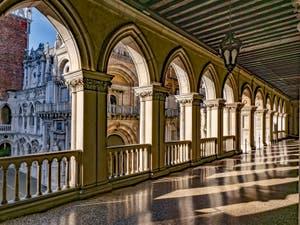 Galerie sur la cour intérieure du Palais des Doges à Venise
